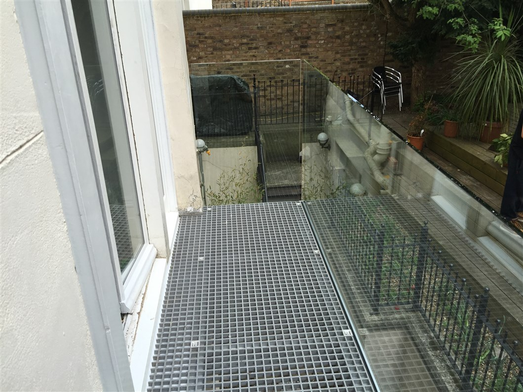 Narrow infinity glass balcony london with steel mesh floor for Balcony balcony